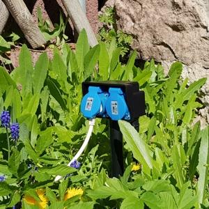 Gartensteckdose 2 fach im Garten postioniert