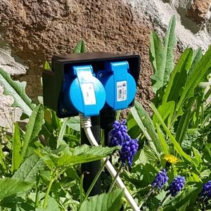 2 fach Gartensteckdose mit 2 Meter Kabel in der Wiese postioniert